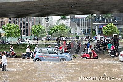 Taxi que se coloca en el camino inundado Foto de archivo editorial