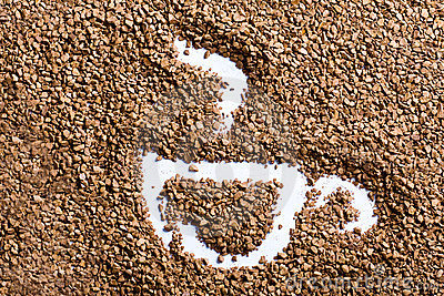 Taza con humo de los gránulos del café