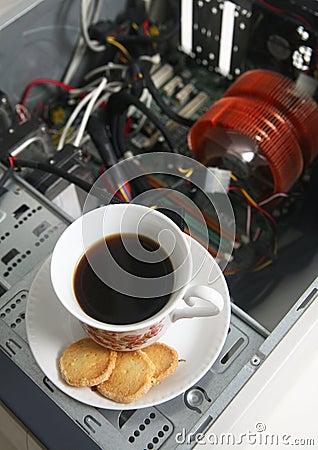 Taza de café y de un ordenador desensamblado