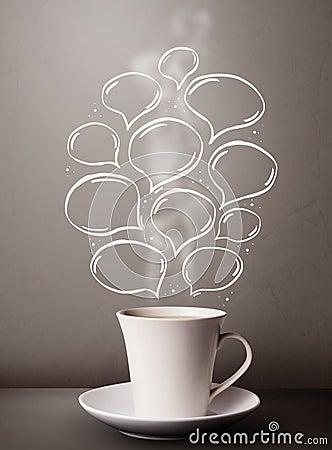 Taza de café con las burbujas dibujadas mano del discurso