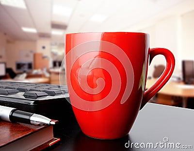 Taza de café en oficina