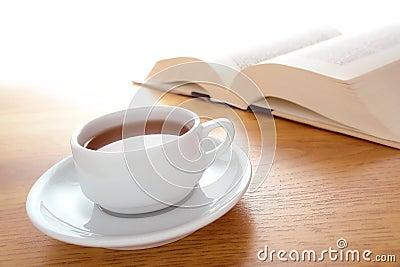 Taza de café y de libro grande