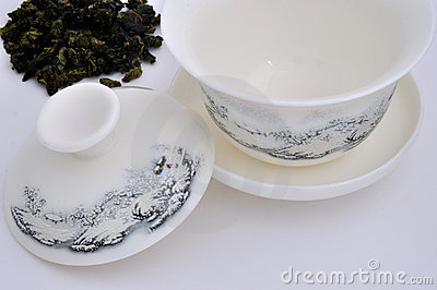 Taza de té de talla china y hoja de té sin procesar