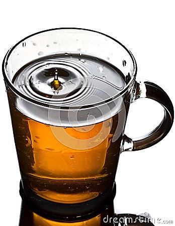 Taza de té con el chapoteo