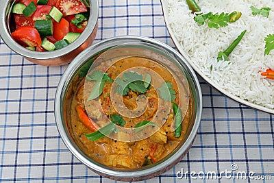 Tazones de fuente de la porción del curry del pollo de arriba