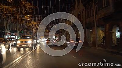 Tbilissi, Géorgie - 07 12 2019 : Voiture de nuit à Tbilissi avenue Kostava clips vidéos