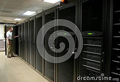 Técnico que trabalha em um quarto do server