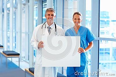 Team der Doktoren, die eine unbelegte Anschlagtafel anhalten