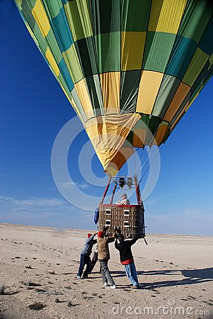 Free Team Of Helpers Ensures A Safe Landing Of A Hot Air Balloon Royalty Free Stock Photos - 122191158