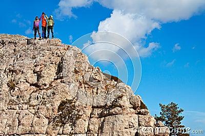 Team van wandelaars op de rotsachtige top
