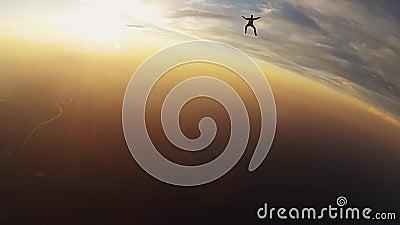 Team von Berufsskydivers springen vom Flugzeugfall in Himmel schwerpunkt Sonnenuntergang stock footage