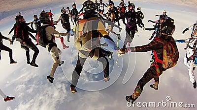 Team von den Skydivers, die große Bildung im Himmel machen höhe Extremer Sport drehzahl stock video
