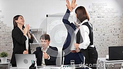 Team von glücklichen Geschäftsleuten auf Bildschirm des Laptop machen Gewinner Geste feiern Sieg stock footage