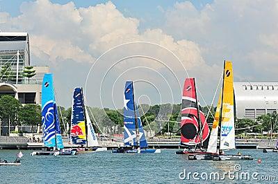 Teams, die an der extremen segelnden Reihe Singapur 2013 laufen Redaktionelles Bild