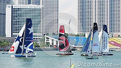 Teams, die an der extremen segelnden Reihe Singapur 2013 laufen Redaktionelles Stockfotografie