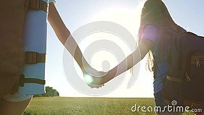Teamwork-Touristen-Teenager Weibliche Reisende wandern auf einer Landstrasse Glückliches Wandermädchen im Sommerpark glücklich stock video footage