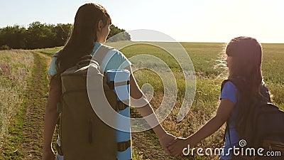 Teamwork-Touristen-Teenager Weibliche Reisende wandern auf einer Landstrasse Glückliches Wandermädchen im Sommerpark glücklich stock video