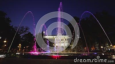 Teatro de la fuente y ópera en la plaza Independencia en Varna, Bulgaria por la noche almacen de metraje de vídeo