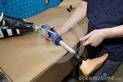 how to become a prosthetic technician