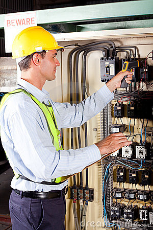 Free Technician Checking Temperature Royalty Free Stock Photos - 22986488