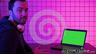 Technologie, Gaming, Unterhaltung, Spielen und Leute Konzept-Gamer sprechen über das Spiel auf dem Bildschirm zu Kamera stock video footage