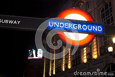 Tecken av tunnelbanan i London Redaktionell Arkivfoto