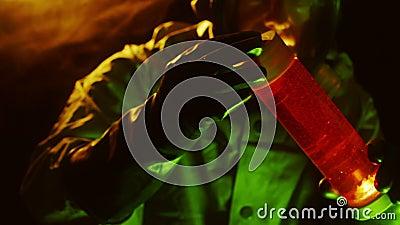 tecnología del biohazard que examina un frasco de líquido rojo almacen de video