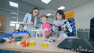 Tecnologias inovativas do estudo do professor fêmea - zangões, aviões na escola primária Conceito moderno da educação vídeos de arquivo