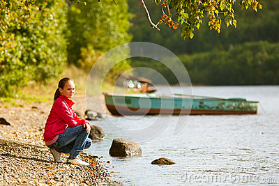Teen-flicka nära floden