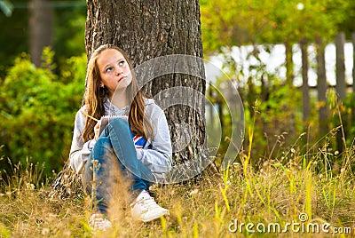 Teen-flicka writing i en anteckningsbok