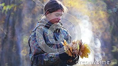 Teen scout esplora la foresta in autunno video d archivio