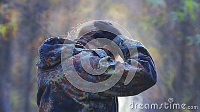 Teen scout esplora la foresta in autunno archivi video