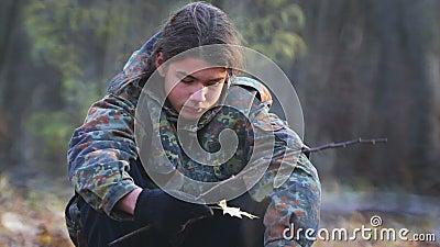 Teen scout esplora la foresta in autunno stock footage