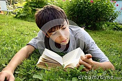 Teenager con il libro