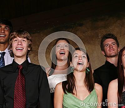 Teenager, der am Konzert singt