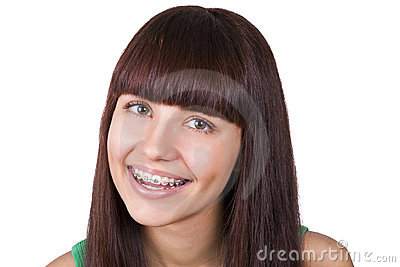 Teenager felice con le parentesi graffe.