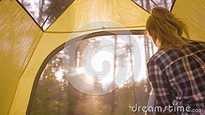 Teenager Girl Opening Camping Zent Fenster Inside stock video