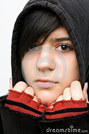 Teenager mit Kapuzenjacke