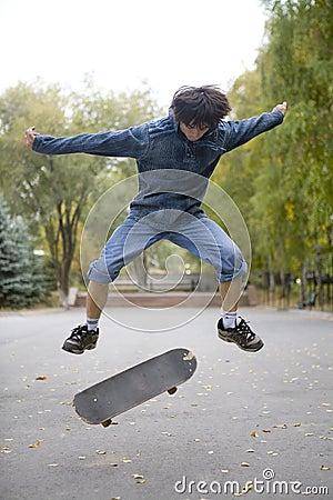 Teenager, skateboarding