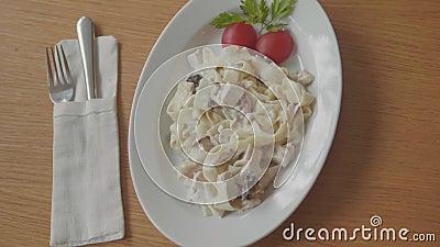 Teigwaren mit Fleisch- und Tomatenteigwaren mit Fleisch im Café concepto auf italienisch Wind der Nahaufnahmespaghettis von Bolog stock video