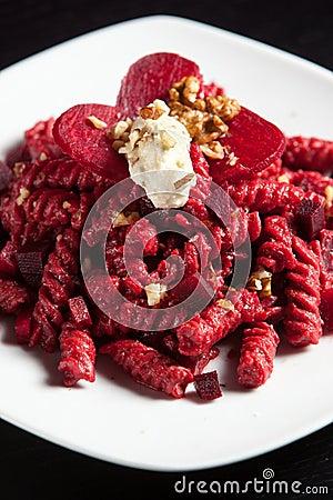 Teigwaren mit roten roten Rüben Käse und Walnüsse