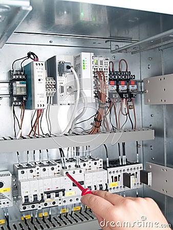 Teknikern gör underhåll av maktnätverksautomation
