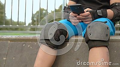 Teléfono de los selfies de la acción del poste del resto de la rotura del muchacho del rodillo almacen de metraje de vídeo