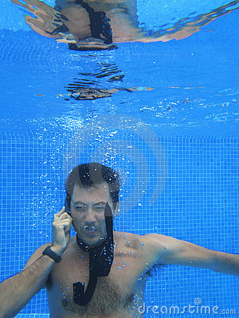 Telefon för man för affärscell som kinesisk talar till