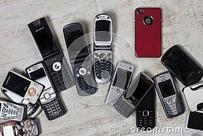 Telefones celulares velhos - telefones celulares Foto Editorial