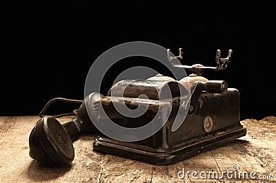 Teléfono viejo en condiciones polvorientas y oxidadas.