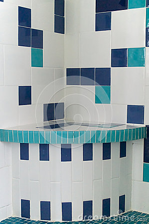 Telha do chuveiro do azul e do branco