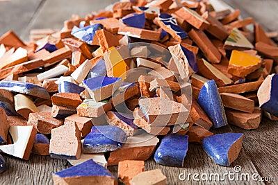 Telhas de mosaico quebradas
