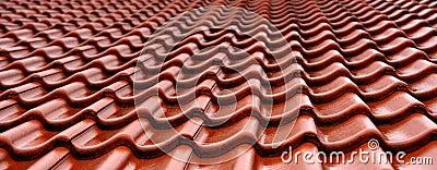 Telhas de telhado molhadas alaranjadas
