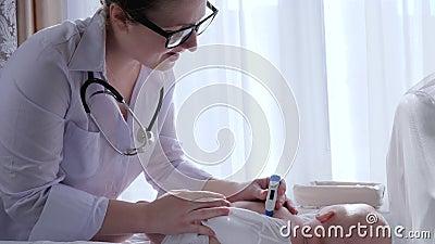 Temperaturmessung, Krankenschwester mit Thermometer überprüft das Kleinkind, das zuhause auf ändernder Tabelle liegt stock video footage